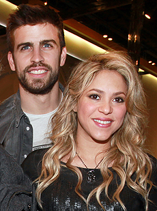 USA/AUS/NZ ONLY Shakira puts her pregnant belly on display in Barcelona
